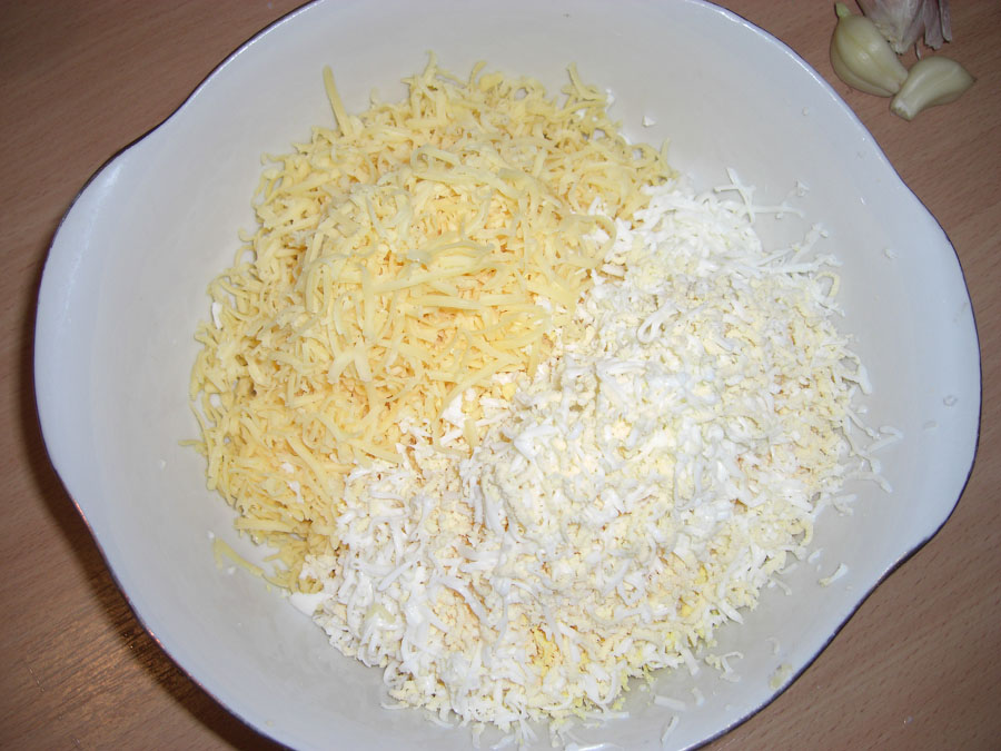 Салат с чесноком и яйцами