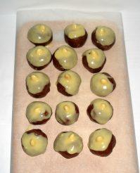 Миндальное пирожное из печенья в белой шоколадной глазури без выпечки