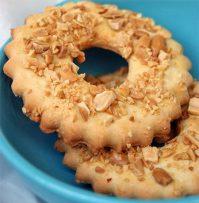 Вкусные песочные кольца с арахисом: рецепт из детства