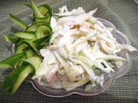 Легкий салат из кальмаров и лука