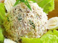 Салат из полезной печени трески приготовленный слоями